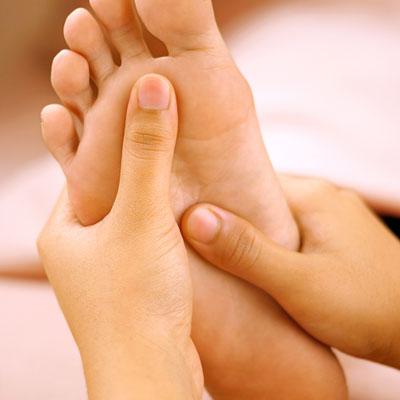 Randers Massage | Fodmassage | To hænder laver fodmassage