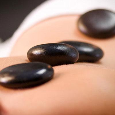 Massage Randers | Hot stone massage | Sorte massagesten på ryg