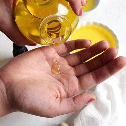Oliemassage Massageolie i kvindehånd.